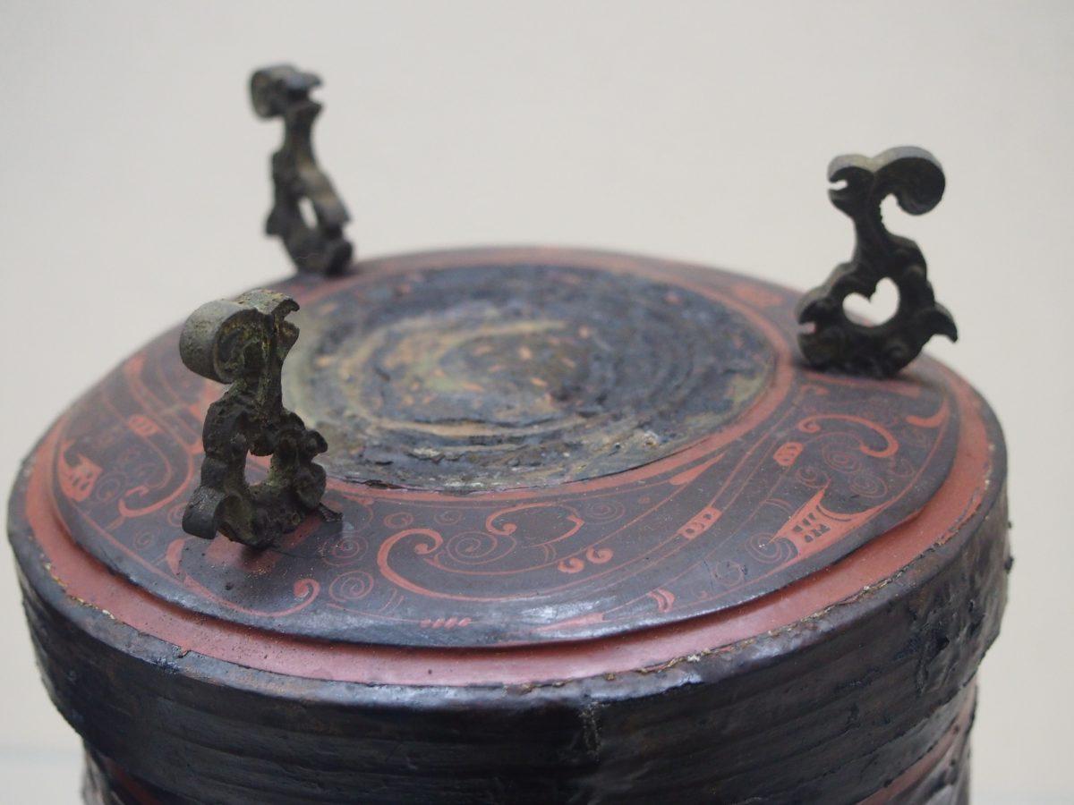 西汉漆卮顶部细节