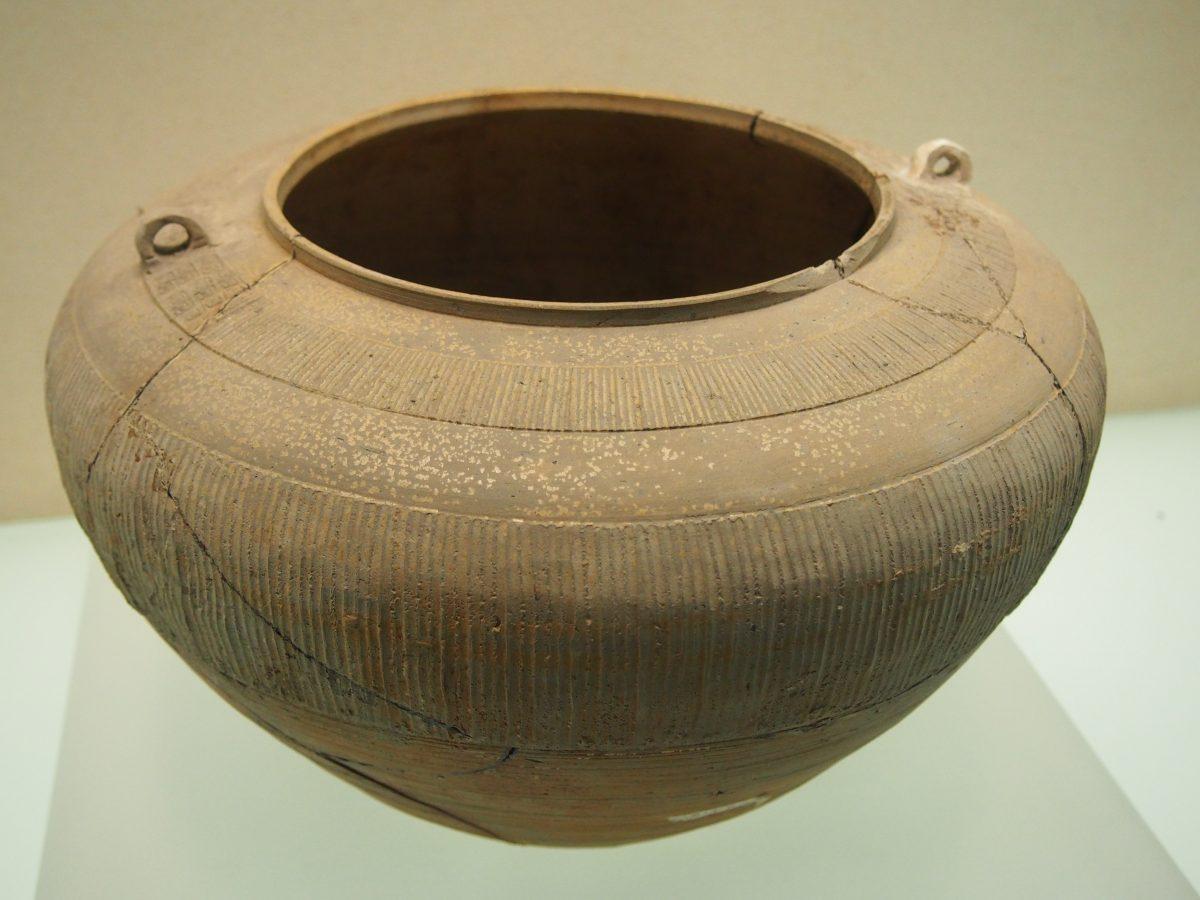 战国原始瓷直线纹罐