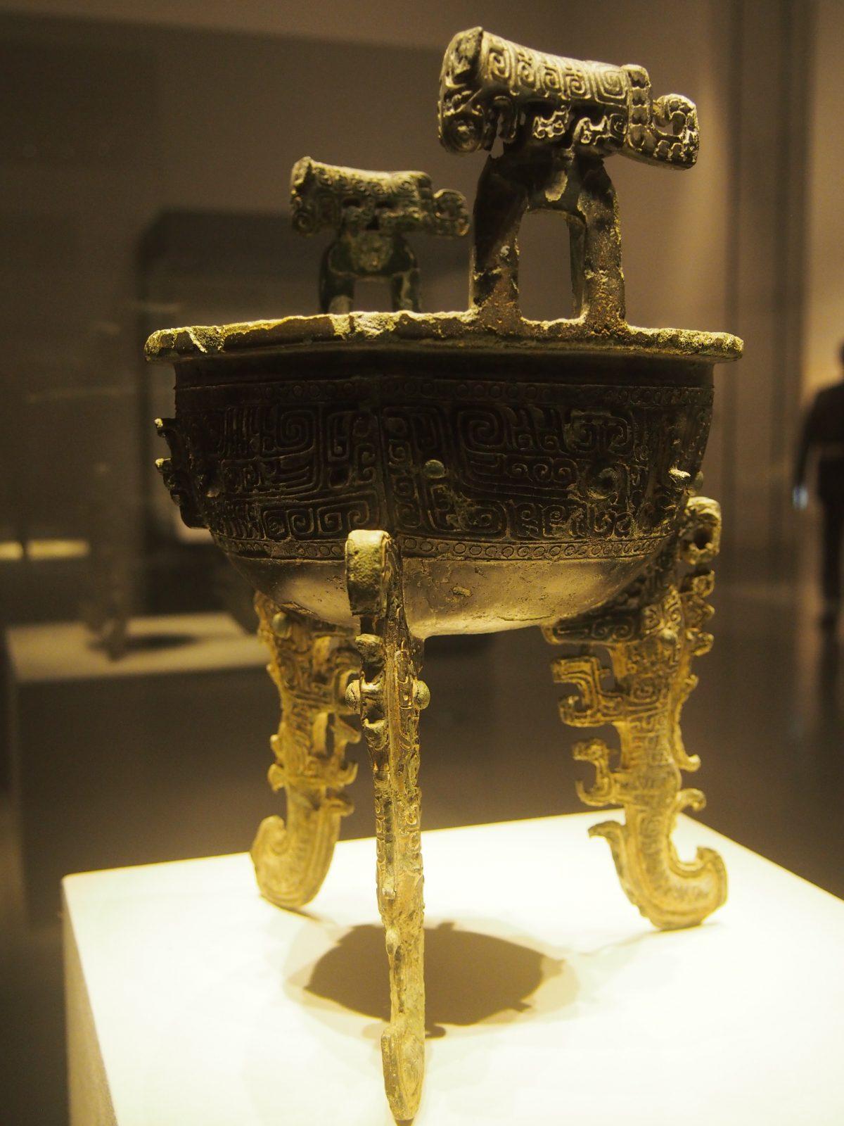 商后期夔龙形扁组青铜鼎