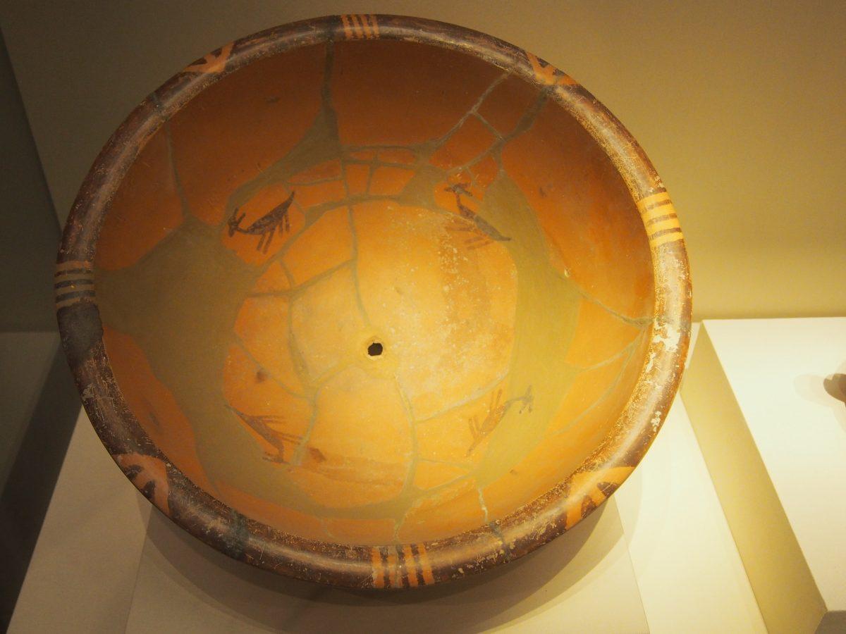 鹿纹彩陶盆