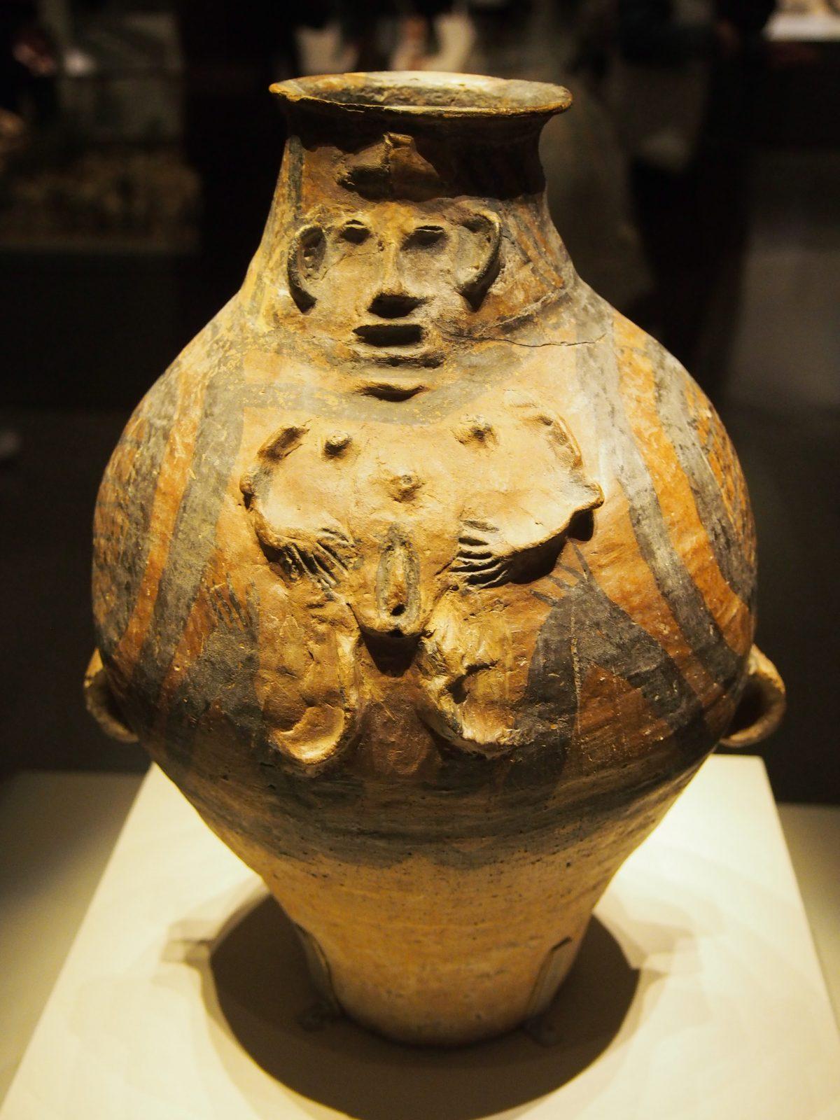 裸体双性浮雕彩陶壶