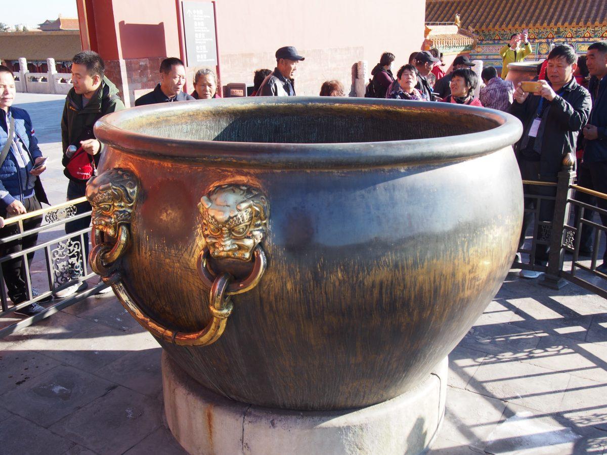 太和殿前左侧铜缸