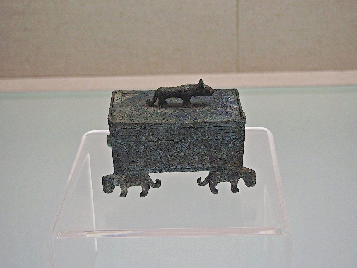 波曲纹虎足方盒
