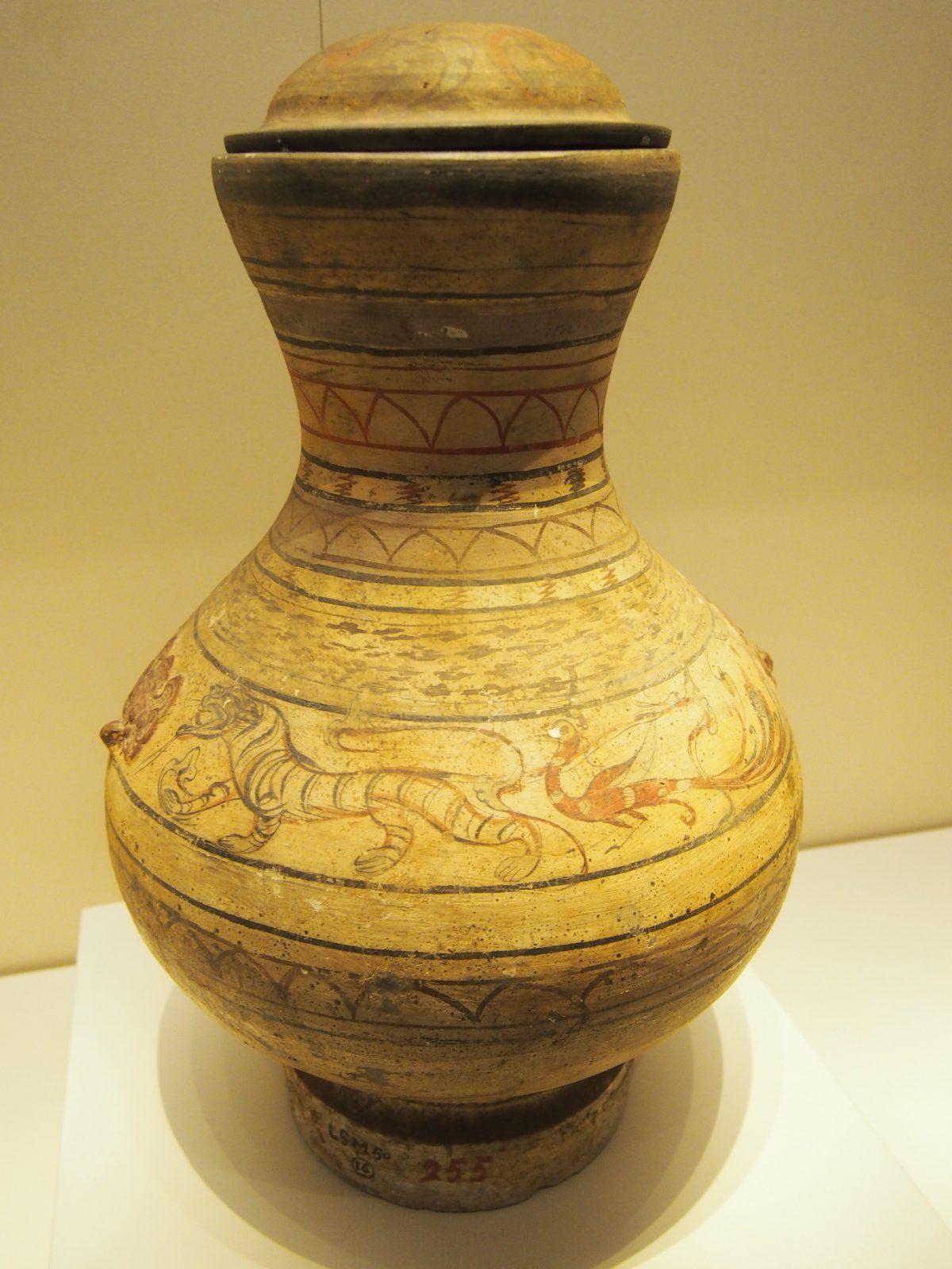 西汉·彩绘龙虎纹陶壶