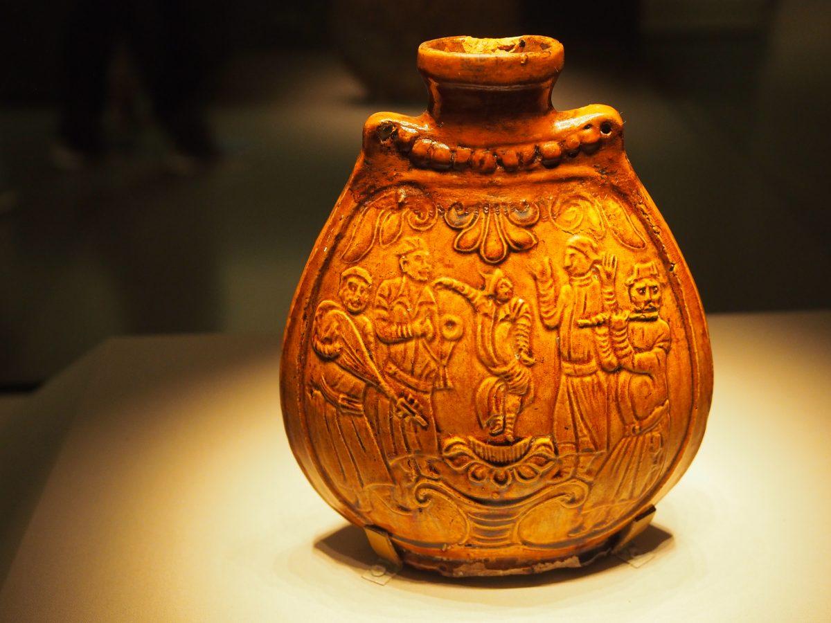 北齐·黄釉乐舞图瓷扁壶