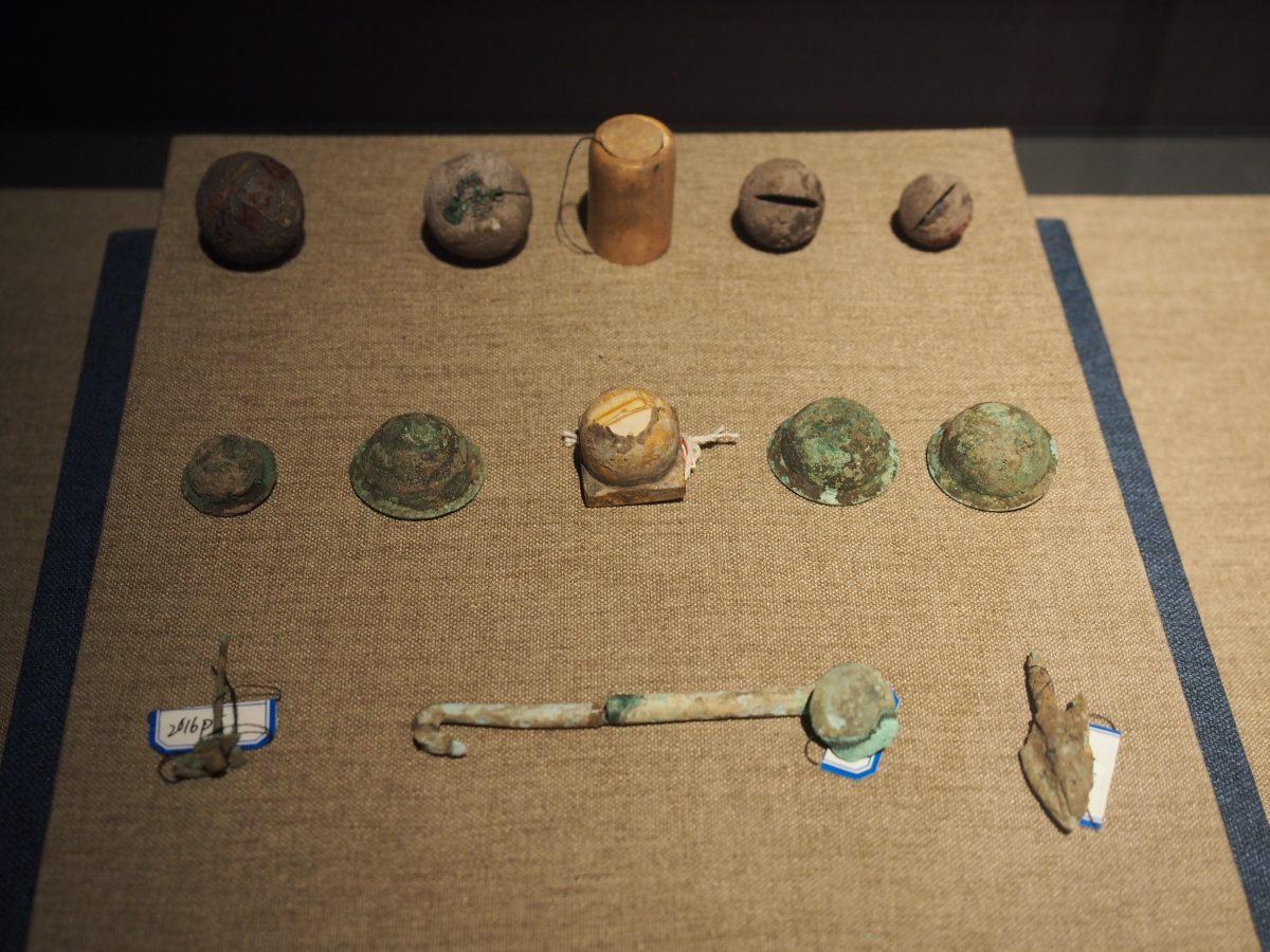 铜铃、铜泡钉、铜箭镞、铜带钩、石质研磨器