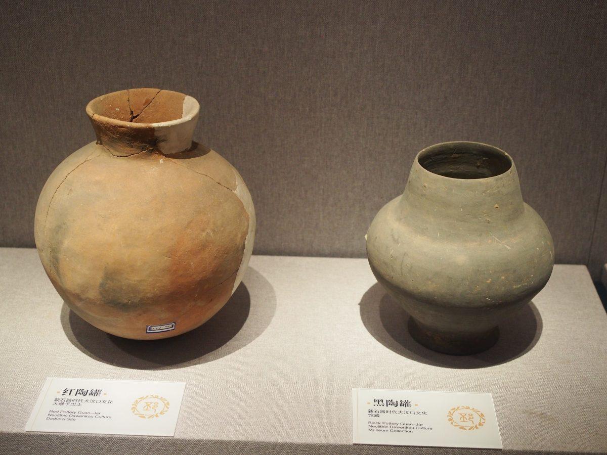 红陶罐(左)