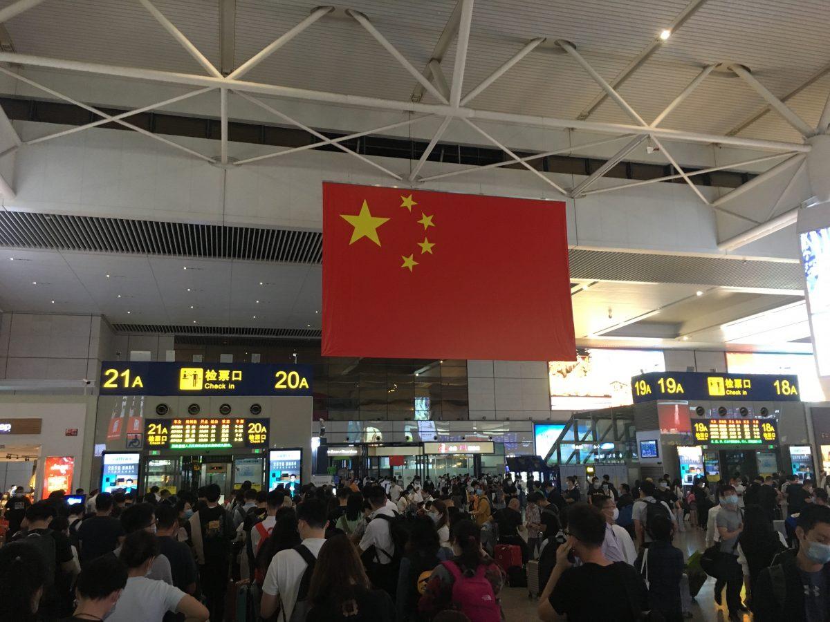 国庆长假·上海虹桥火车站·国旗